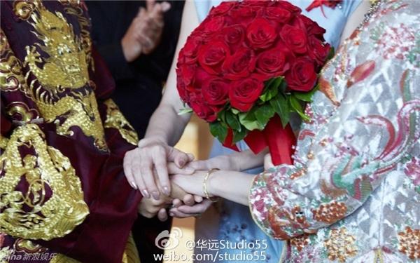 Trong lễ rước dâu, hoa cưới của Lưu Thi Thi được kết từ 27 bông hồng đỏ.