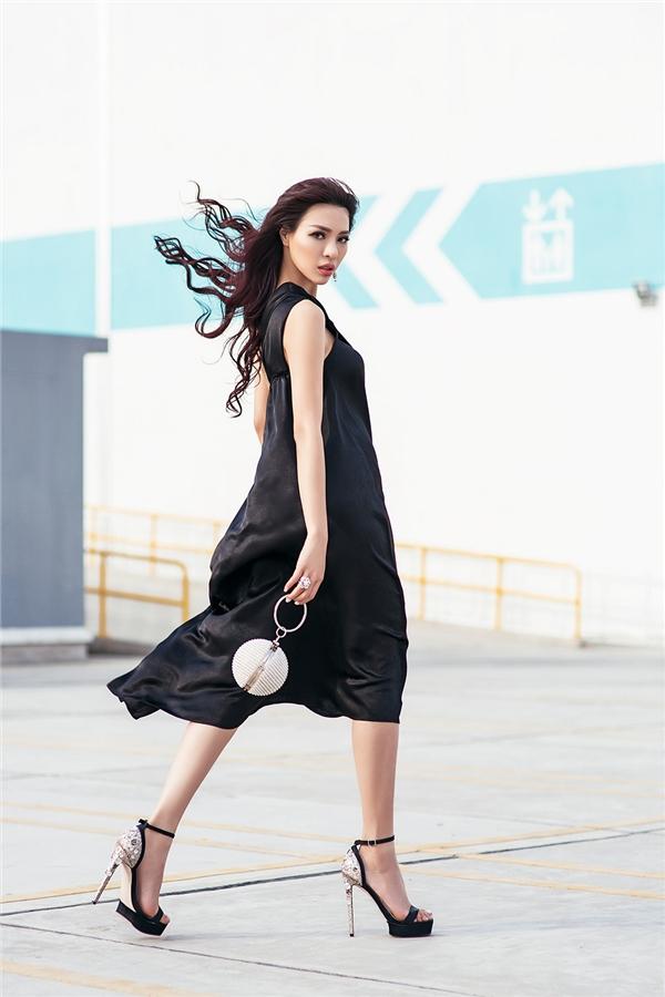 Trong loạt hình ảnh mới nhất, Khả Trang mang đến vẻ ngoài đối lập với trang phục trên nền hai tông màu cơ bản: đen, trắng.