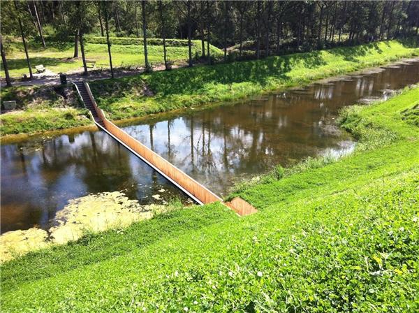 Cầu Moses nằm ẩn dưới dòng chảy. (Ảnh: Internet)