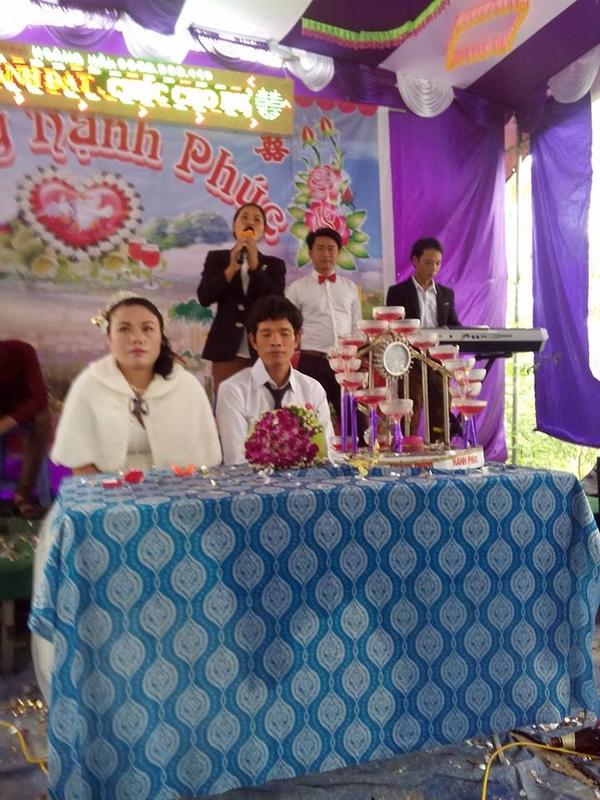 Xôn xao đám cưới Việt cô dâu hơn chú rể 20 tuổi và 40kg cân nặng