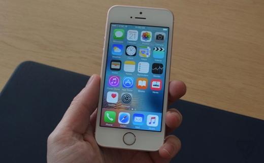 ChiếciPhone SE mới được Apple ra mắt.(Ảnh: The Verge)