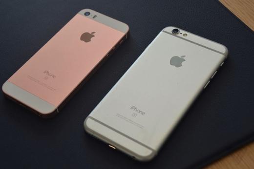 ...và phần ruột của một chiếc iPhone 6s.(Ảnh: The Verge)