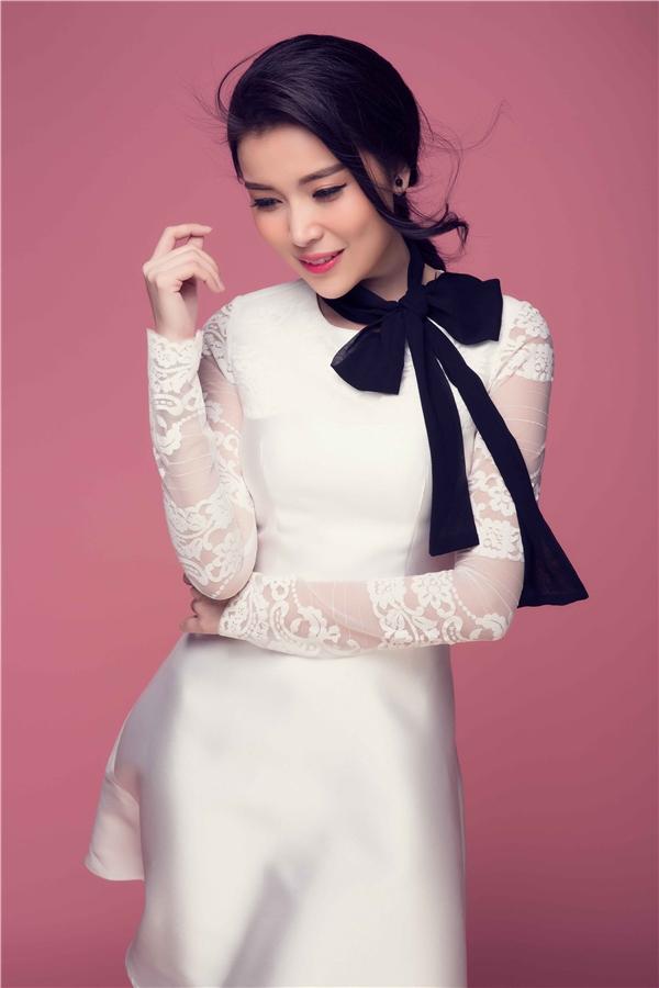 Nom Cao Thái Hà thật quyến rũ trong thiết kế váy lụa xòe thanh lịch. Chất liệu mềm mại giúp người đẹp sinh năm 1990 trở nên nữ tính hơn hẳn. Điểm nhấn là chiếc nơ đen tông màu đối lập tạo nên hiệu ứng thị giác bắt mắt.
