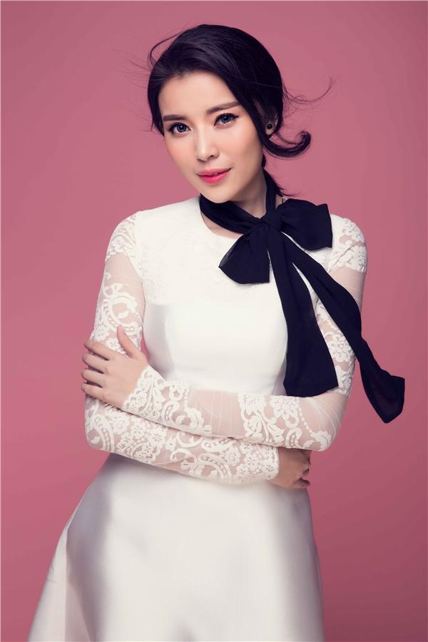 Trong bộ trang phục với màu trắng cơ bản nữ diễn viên 9x đến từ Cần Thơchinh phục trái tim người hâm mộ bởi vẻ đẹp trong sáng nhẹ nhàng.