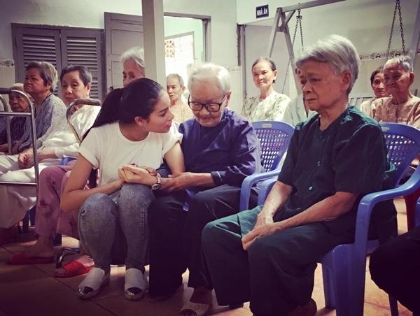 Chính sự thân thiện và nụ cười tỏa nắng của cô đã tạo được nhiều thiện cảm từ công chúng. Bên cạnh đó, những việc làm ý nghĩa của tân hoa hậu hoàn vũ Việt Nam 2015 đã giúp cô chiếm được tình cảm của hàng triệu trái tim người hâm mộ. - Tin sao Viet - Tin tuc sao Viet - Scandal sao Viet - Tin tuc cua Sao - Tin cua Sao