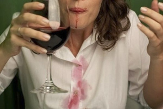 Bạn đang lo lắng về vết rượu vang đỏ trên chiếc áo trắng của mình? (Ảnh: Internet)
