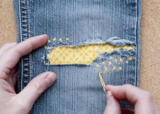 May thêm vải khác màu vào phần rách để tạo điểm nhấn cho quần. (Ảnh: Internet)