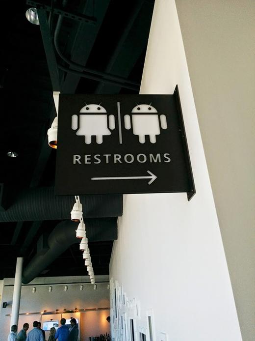 """Trụ sở Google """"sắm"""" luôn biển hiệu nhà vệ sinh Android.(Ảnh: Internet)"""