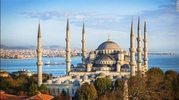 2. Istanbul, Thổ Nhĩ Kỳ: Với nền văn hóa độc đáo, ẩm thực hấp dẫn và các công trình kiến trúc cổ lộng lẫy, Istanbul là một trong những điểm đến đông khách nhất thế giới. Chợ Grand Bazaar ở Istanbul là một trong những chợ có mái che cổ và lớn nhất thế giới, trải rộng 61 con phố, với hơn 3.000 gian hàng, thu hút 250.000-400.000 du khách mỗi ngày. Ảnh: CNN.