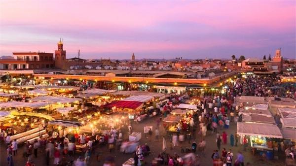 3. Marrakesh, Morocco: Marrakesh nằm ở phía tây Morocco, một trung tâm kinh tế lớn với vô vàn nhà thờ, cung điện, vườn tược... Thành cổ có từ thời đế chế Berber này khiến du khách có cảm giác như lạc về thời xưa cũ, giữa những con phố nhộn nhịp bày bán vải, đồ gốm, trang sức... Ảnh: Forbes.