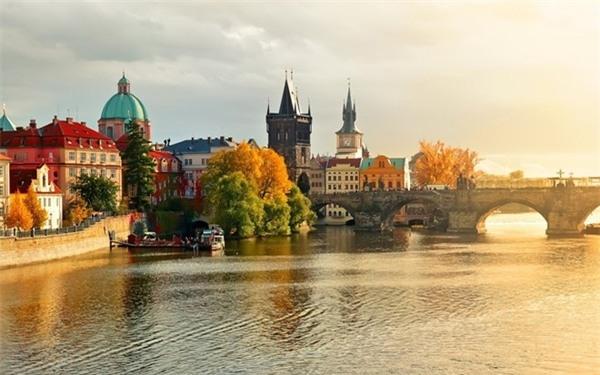 6. Prague, Cộng hòa Czech: Thủ đô của Cộng hòa Czech nổi tiếng với quảng trường Old Town, những tòa nhà kiểu baroque rực rỡ sắc màu, các nhà thờ Gothic và cây cầu Charles có tượng 30 vị thánh. Ảnh: Telecodays.