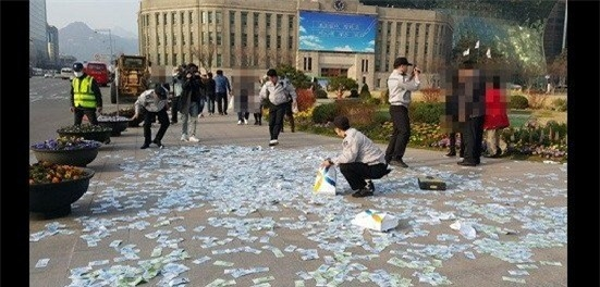 Cảnh sát giúp người phụ nữ gom lại số tiền.