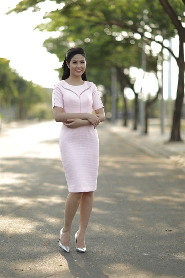 Ngọc Hân thanh lịch, nhẹ nhàng với tông hồng đào. Phom váy bodycon được tạo điểm nhấn bởi những đường cắt nhỏ, tinh tế nơi ngực váy.