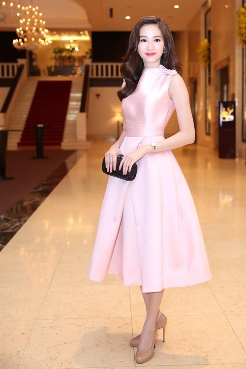 Hoa hậu Đặng Thu Thảo cũng diện dáng váy xoè cổ điển kết hợp sắc hồng ngọt ngào, nữ tính.