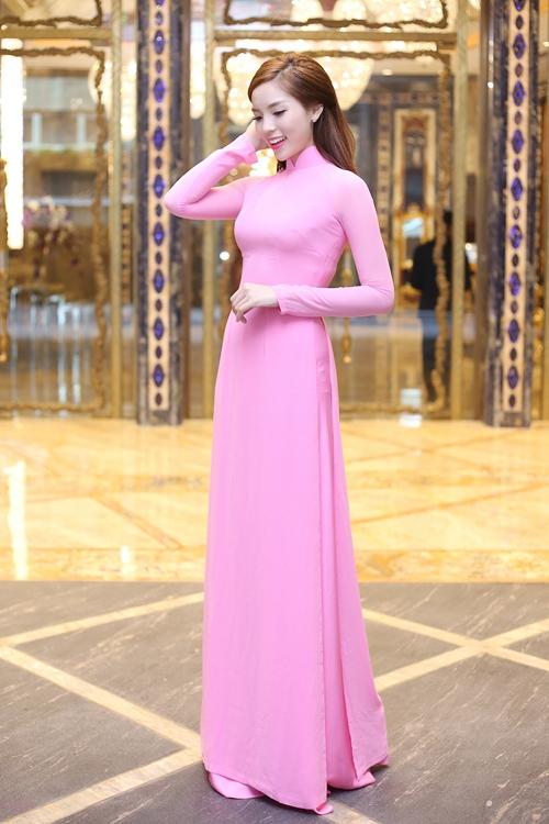 Kỳ Duyên diện áo dài truyền thống với sắc hồng tím trẻ trung.
