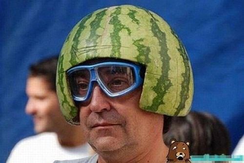 """Chiếc nón bảo hiểmkhiến """"ông chú mặt ngầu"""" trở nên cá tính hơn. (Ảnh: Intenet)"""