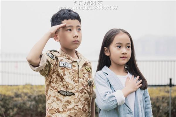 Trang phục của hai em bé giống y chang phiên bản gốc. Thần thái và cách thể hiện cũng không khác nhiều.