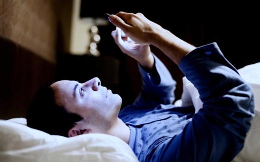 Điện thoại đặtgần giường ngủ cũng ảnh hưởng đến chất lượng và số lượng của các chú tinh binh.(Ảnh: Internet)