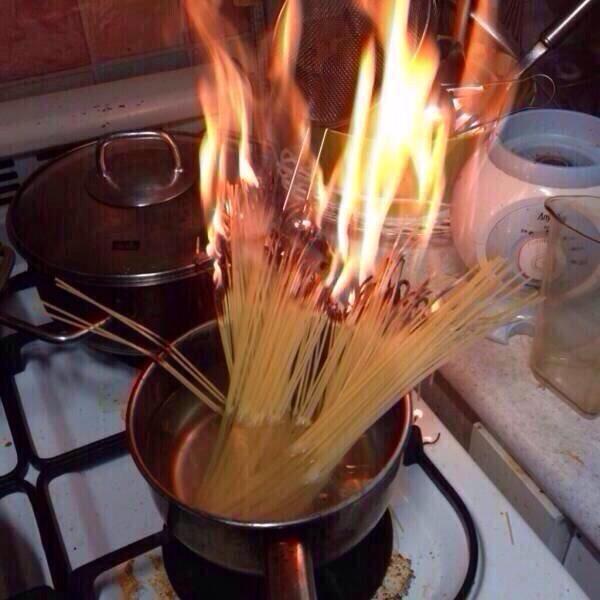 Có gì đó sai sai ở đây, vì lẽ ra phải châm lửa cho bếp chứ không phải cho mì nhỉ? Vả lại, mấy cọng vàng vàng dài dài đó cũng đâu có phải là nhang. (Ảnh: Internet)