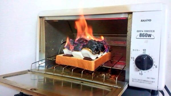 Phần kẹo dẻo marshmallow trên cùng đã bùng cháy giùm luôn phần kẹo dẻo và bánh mì bên dưới. (Ảnh: Internet)