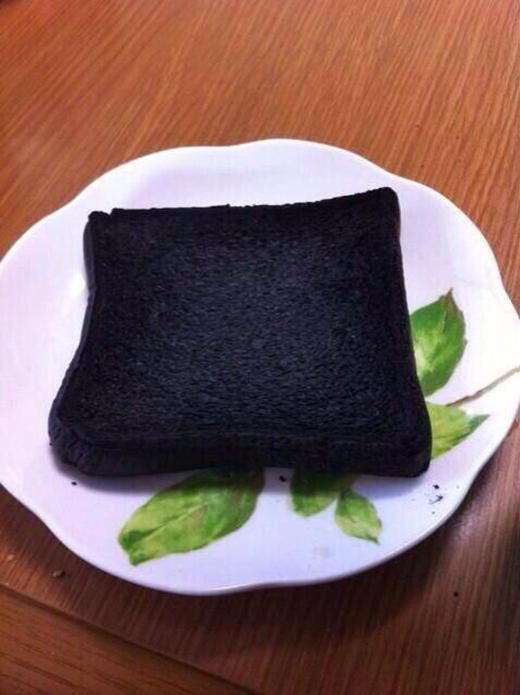 """Có thể vì sợ cháy kẹo dẻo nên bạn này chỉ nướng bánh mì không. Tuy nhiên để nướng được lát bánh cháy đen đều thế này thì quả là... """"cao thủ nướng bánh"""" xưa nay hiếm. (Ảnh: Internet)"""