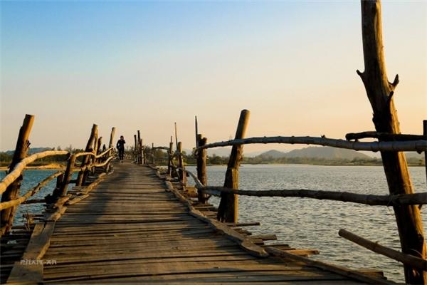 Mặt và trụ cầu được làm hoàn toàn từ ván gỗ, thành cầu nối với nhau bằng thân tre. (Ảnh: Phạm An)