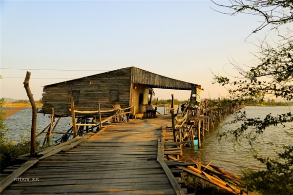 Ở một đầu cầu có dựng một chòi canh, khách qua cầu sẽ phải trả lộ phí từ 3-5 ngàn đồng, tùy vào số lượng người và độ cồng kềnh của hàng hóa. (Ảnh: Phạm An)