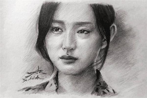 Ngoài chàng đại uý điển trai và bác sĩ Kang Mo Yeon, nhân vật Yoon Myung-joo cũng nhận được nhiều tình cảm của giới trẻ yêu hội họa. Bùi Anh An - tác giả bức chân dung trên - cho biết, anh mất 6 tiếng để hoàn thành bản vẽ này. Ánh mắt đượm buồn của nhân vật nữ phụ là chi tiết khó nhất, đòi hỏi người thực hiện phải tỉ mẩn trong từng nét bút. Ảnh: Bùi Anh An.
