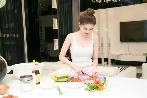 Người đẹp Trà Vinh luôn thích được tự mình nấu ăn hơn là ra ngoài dùng bữa sang trọng. Ngọc Trinh bộc bạch rằng việctự nấu sẽ cho cô cảm giác ngon miệngnhất. - Tin sao Viet - Tin tuc sao Viet - Scandal sao Viet - Tin tuc cua Sao - Tin cua Sao