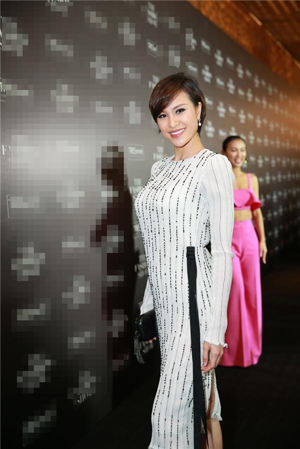 Bộ váy trắng đơn giản của Phương Mai được điểm xuyết những chi tiết tương phản tông màu duyên dáng, nhẹ nhàng. - Tin sao Viet - Tin tuc sao Viet - Scandal sao Viet - Tin tuc cua Sao - Tin cua Sao