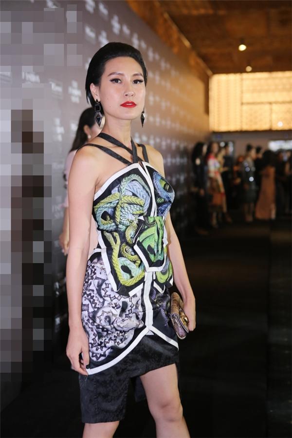 Kathy Uyên diện bộ váy đơn giản về kiểu dáng nhưng cầu kì về chi tiết của Võ Công Khanh. - Tin sao Viet - Tin tuc sao Viet - Scandal sao Viet - Tin tuc cua Sao - Tin cua Sao