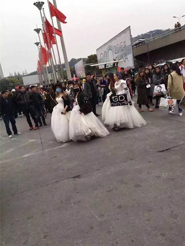 Fan nữ mặc váy cưới 'cầu hôn' G-Dragon. (Ảnh: Internet)