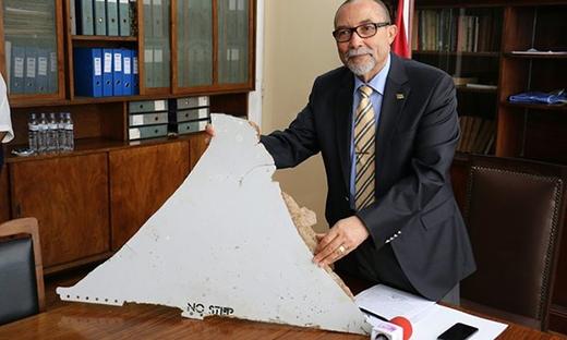Joao de Abreu, chủ tịch Viện Hàng không Dân dụng Mozambique, đang cầm trong tay một trong những mảnh vỡ máy tìm thấy ngoài bờ biển Mozambique được cho là thuộc về MH370. (Ảnh: Adrien Barbier/AFP/Getty Images)