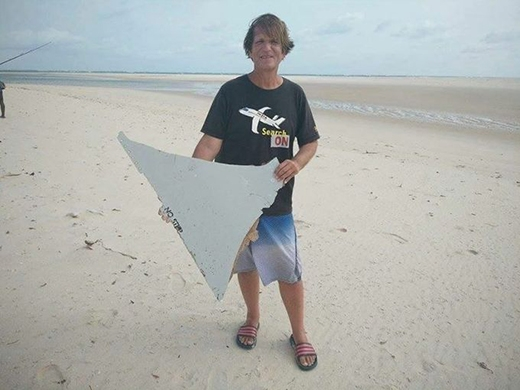 Blaine Alan Gibson, một luật sư Mỹ đã dành phần lớn năm vừa qua tìm kiếm chiếc máy bay, đã phát hiện một mảnh kim loại dài 1m bị dạt vào bờ biển Mozambique vào ngày 27/2. (Ảnh: Internet)