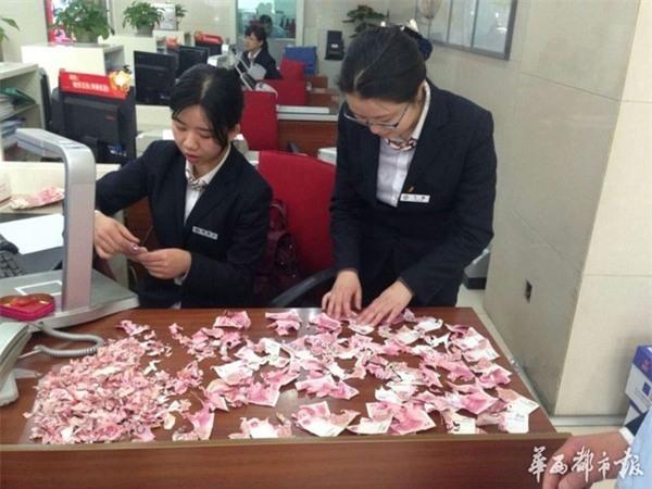 Các nhân viên ngân hàng cùng lựa ra những tờ tiền còn khá nguyên vẹn để dán lại với nhau. (Ảnh: Internet)