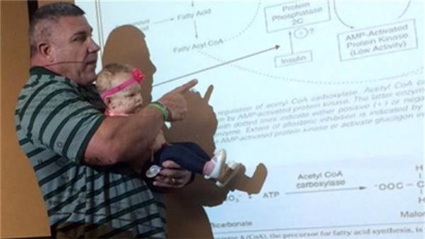 Thầy Willoughby đã bế con hộ một cô sinh viên trong suốt 55 phút của tiết học
