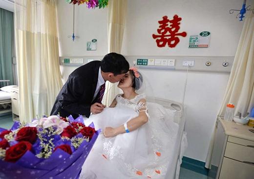 Đôi vợ chồng son nắm tay nhau thật chặt và trao nhau nụ hôn nồng nàn. (Ảnh: Internet)