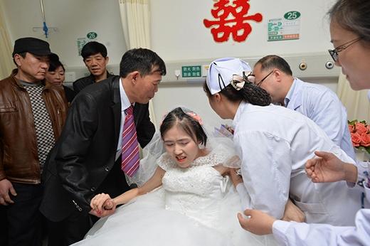 Các bác sĩ, y tá giúp anh Bành đỡ chị Dương dậy. (Ảnh: Internet)