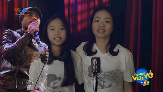 Vợ và con gái Trần Lập mỉm cười hát
