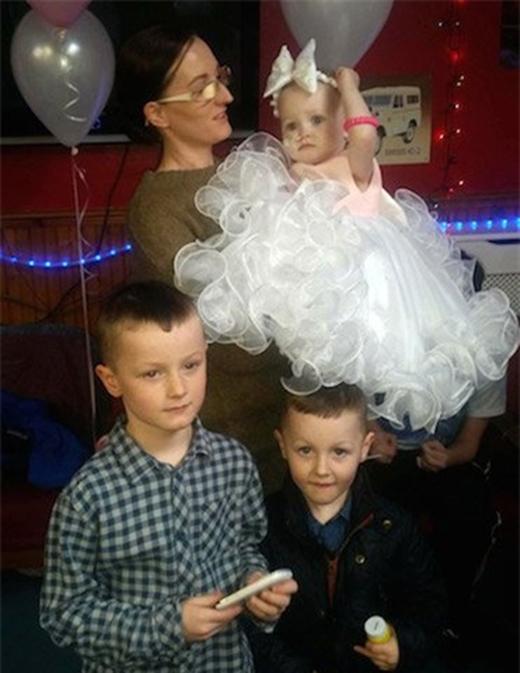 """Bé được mẹ và hai anh đưa đến làm """"lễ cưới"""" đặc biệt."""