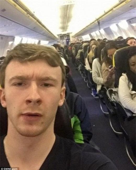 Caviel không thể tin được bằng cách nào mình lại lên được máy bay.