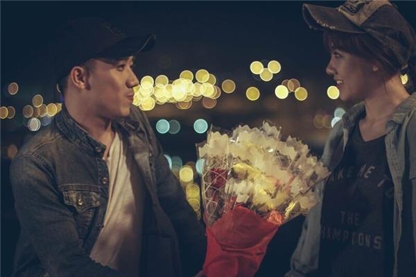 Trấn Thànhngại ngùng tặng hoa cho Hari Won. - Tin sao Viet - Tin tuc sao Viet - Scandal sao Viet - Tin tuc cua Sao - Tin cua Sao