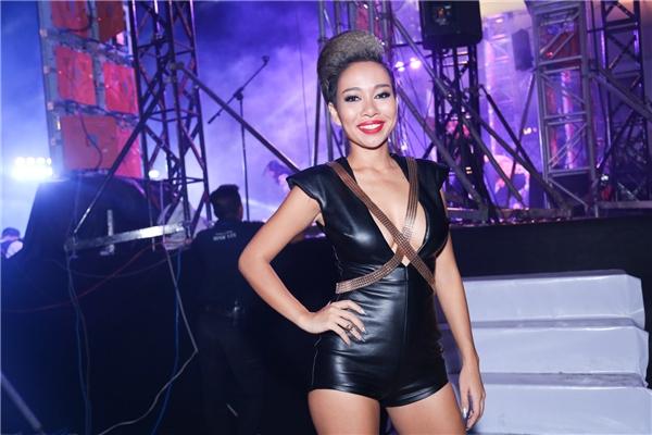 Thảo Trang bị gãy gót giày vì nhảy quá sung - Tin sao Viet - Tin tuc sao Viet - Scandal sao Viet - Tin tuc cua Sao - Tin cua Sao