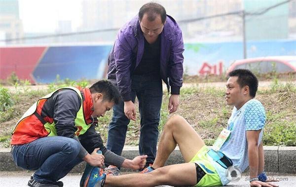 Một thí sinh đang nhờ đến sự hỗ trợ của nhân viên y tế do gặp vấn đề với chân trái. (Ảnh: Internet)