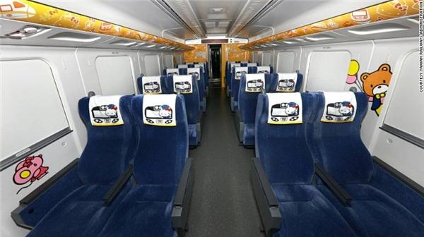 """Tàu có 8 khoang, cùng 376 ghế, mỗi ghế đều có một tấm khăn tựa đầu in hình """"trưởng tàu"""" siêu đáng yêu, nhưng tiếc thay nay chỉ còn 48 khăn. (Ảnh: Internet)"""