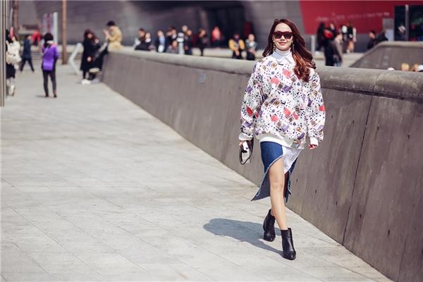 Đường cắt xẻ táo bạo ở chân váy chính là điểm nhấn đặc biệt của bộ trang phục đẳng cấp này.
