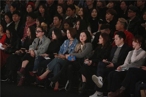 Ngày đầu tiên, Minh Hằng đã vinh dự trở thành khách mời tại hàng ghế đầu trong show diễn của Odinary People. Lựa chọn cả cây denim hàng hiệu để diện trong sự kiện lớn, nữ ca sĩtrông vẫn rất nổi bật dù gương mặt chỉ được trang điểm nhẹ nhàng.