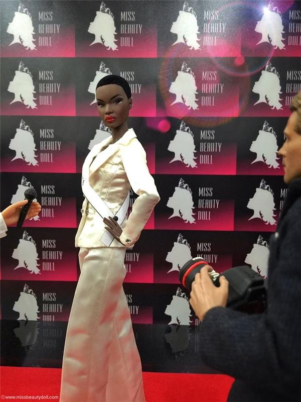 Thí sinh đến từ Kenya lấy hình ảnh của Á hậu 2 Hoa hậu Quốc tế 2015 (cũng là người Kenya) làm khuôn đúc.