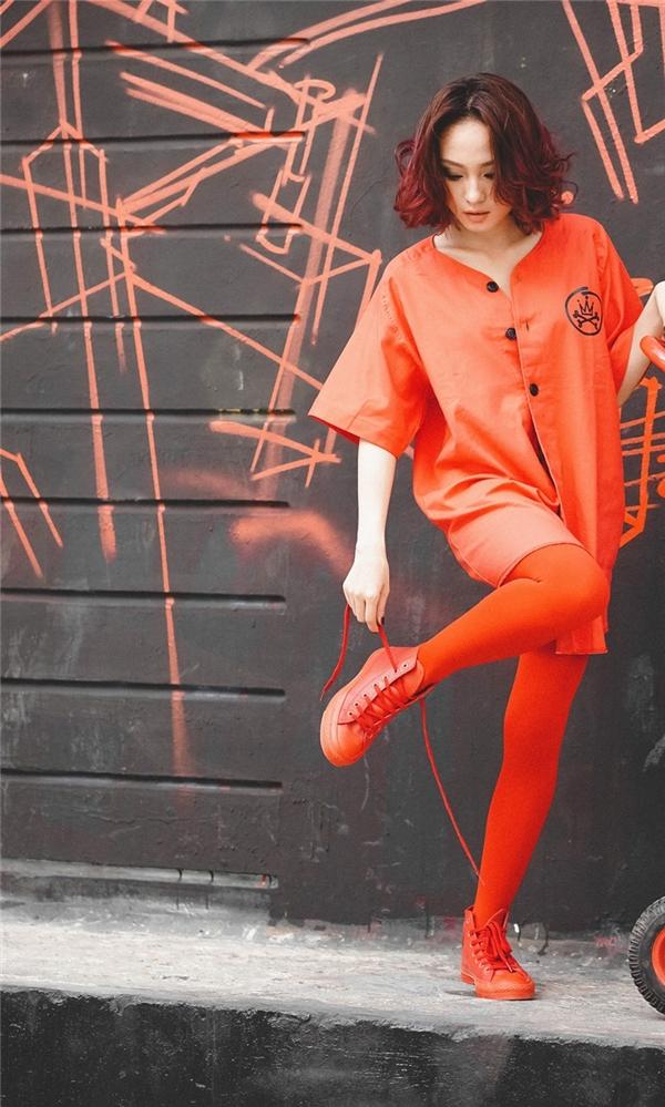 Bạn thích diện áo sơ mi, nhưng lại chán sự đơn điệu, thật dễ dàng hãy học theo DJ TyTy với bộ cánh chất liệu cotton thoáng mát màu đỏ.