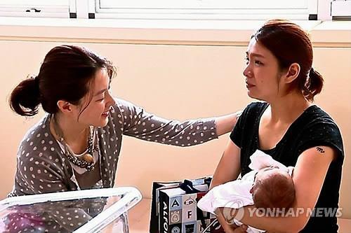 Lee Young Ae chi hơn 700 triệu đồng cho bệnh nhi Việt mổ não